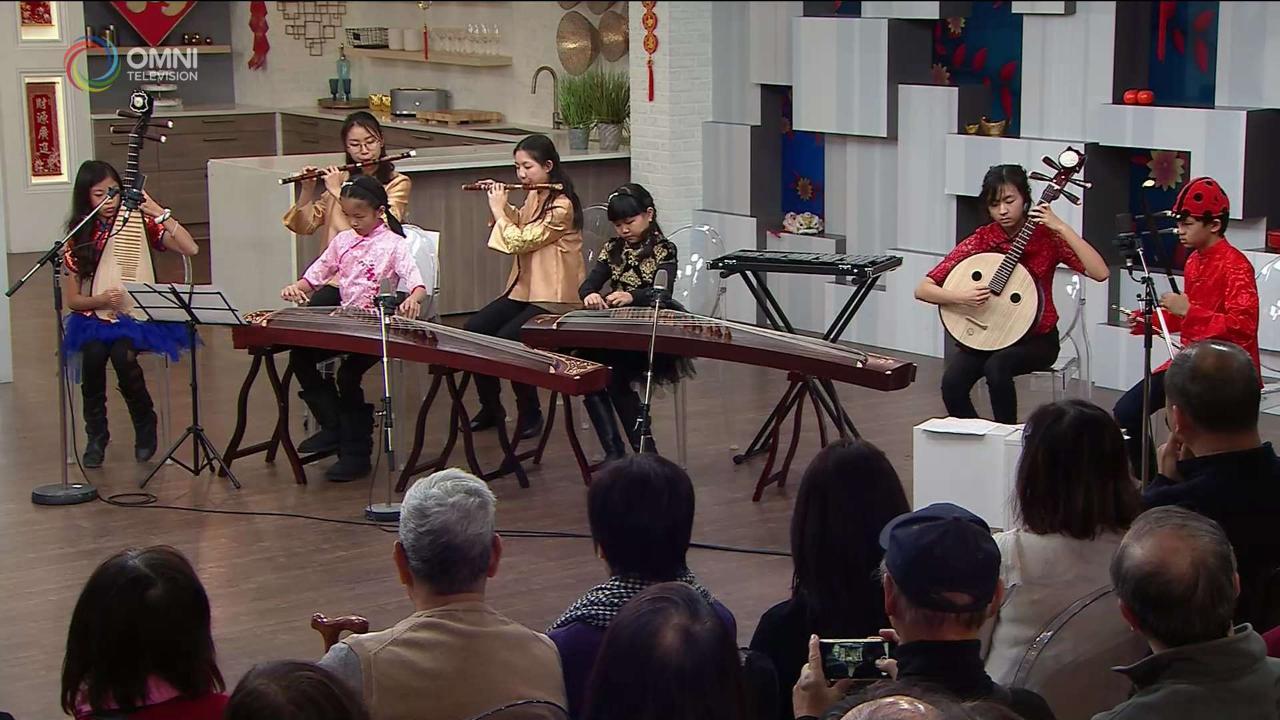"""第四節:多倫多青少年中樂團為觀眾演奏 """"步步高""""、""""彩雲追月"""""""