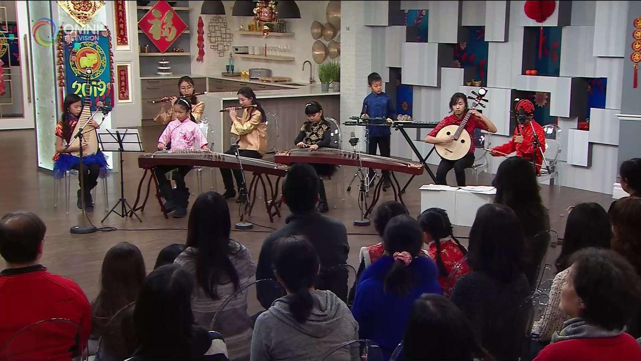 """第四节:多伦多青少年中乐团为观众演奏 """"步步高""""、""""彩云追月"""""""